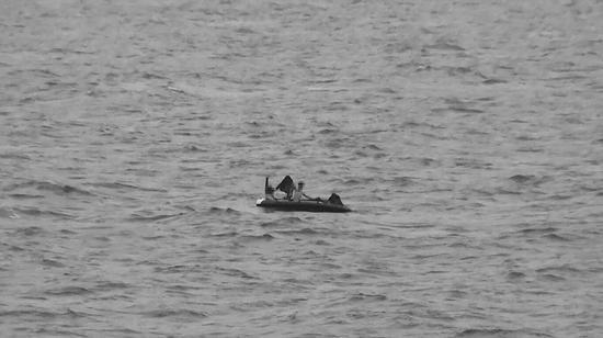海警发现在海上漂泊的皮划艇。
