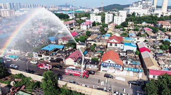消防员执行防疫消杀现场作业。