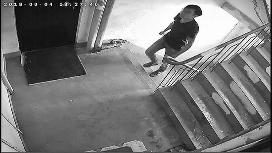 男子多次上门敲门踩点,在未撬开门锁的情况下,几分钟后竟然从屋里走了出来。