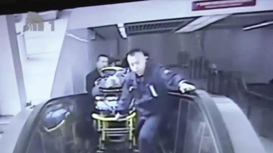 工作人员合力将患者担架抬了上来。
