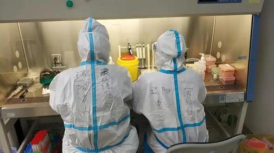 辽阳队与大连妇女儿童医疗中心检验科队员们一道实行仪器24小时运转。
