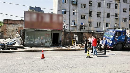 城管部门依法拆除南松路24号周边违建。大连新闻传媒集团记者吉存 摄