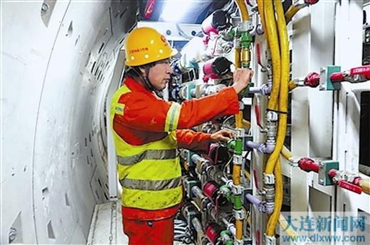地鐵施工人員為按時保質完成工程進度正在加緊檢修設備。伍雪峰 攝