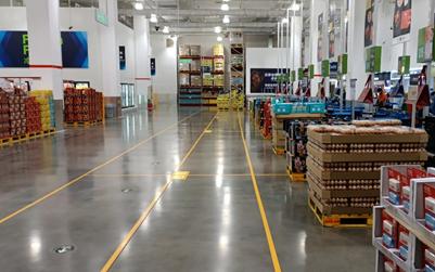 在商场收银区域,提醒会员保持距离,每位会员根据地面安全距离提示,陆续完成结算。