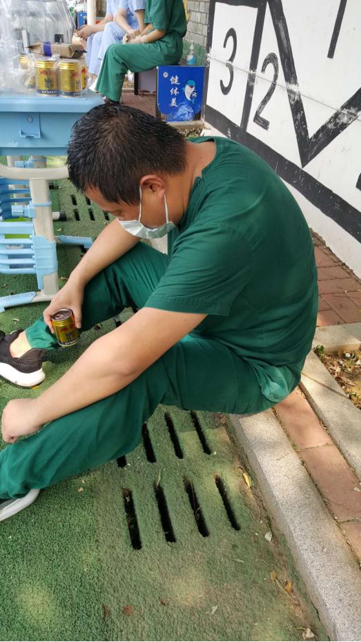 大连爱尔眼科医院抗疫志愿者脱下防护服,头发和衣服早已被汗水浸透