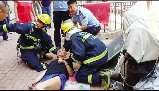 被困老人获救。图片由消防部门提供