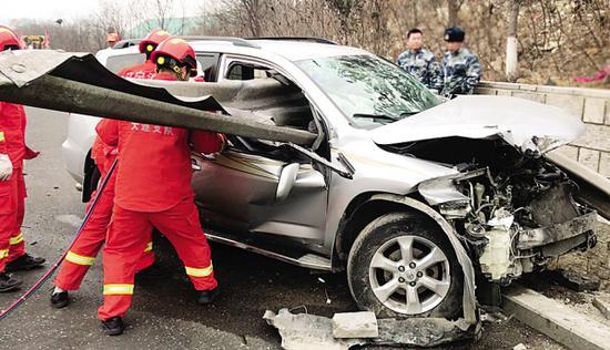 """越野车疑似爆胎撞上高速公路隔离带 车身被护栏""""穿插""""两人被"""