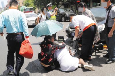好心女子让伤者趴在自己腿上。