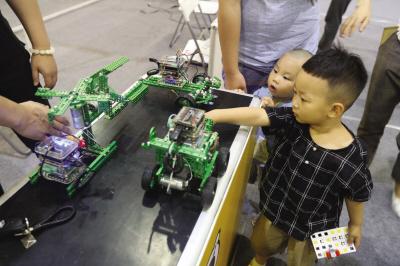 孩子们在展场内玩得开心又学到了知识。