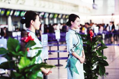 机场达沃斯会议保障人员,统一更换带有中国风特色的绿色旗袍。