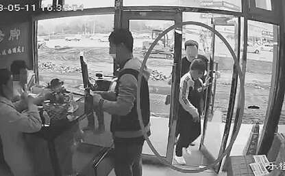 女子进门时手机被偷(左图),发现后立即抢了回来。(视频截图)