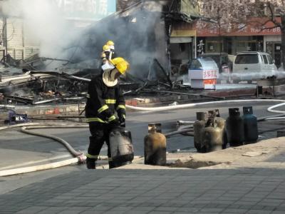 消防员从室内拽出来多个液化气罐