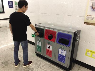 新式分类垃圾箱亮相。