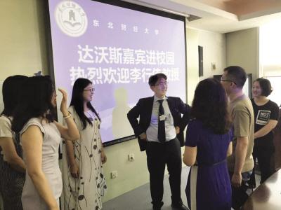 李行伟教授与师生们互动交流。