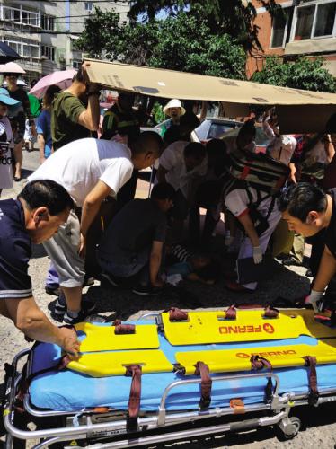 举纸壳搭阴凉的,送糖水的……多位陌生市民伸出援手救助昏倒的大娘。