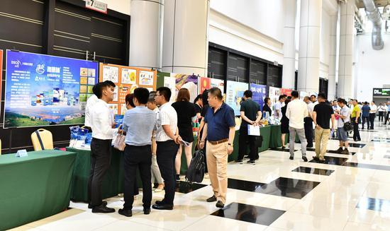 大会期间食品行业部分会员企业向与会者展示产品贺品鉴,并提供大会伴手礼
