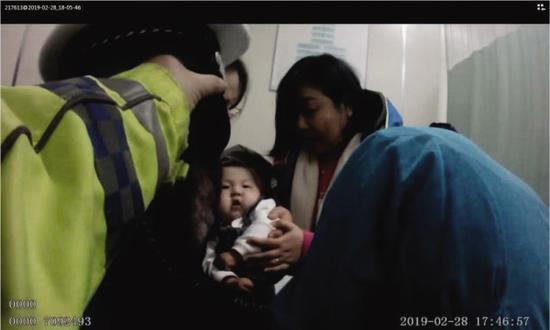 交警神兵天降,宝宝转危为安。