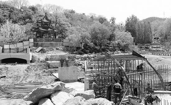 拱桥正在施工建设。