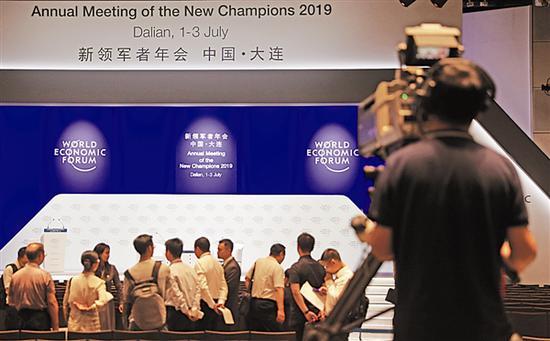 6月30日,在论坛主会场大连国际会议中心全会厅,一位摄像人员进行拍摄前的设备调试工作。新华社记者杨青 摄