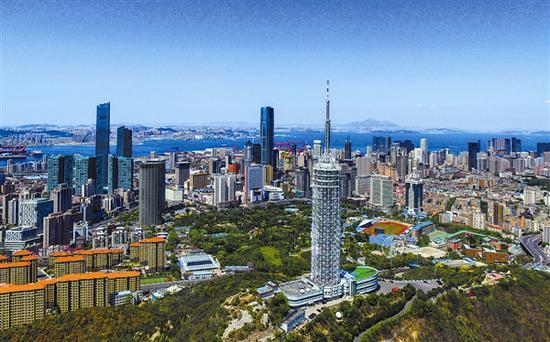 如今,蓝天白云已成为这座城市的常态,大连实现重工业城市向美丽宜居城市的华美转身。本报记者王华 摄