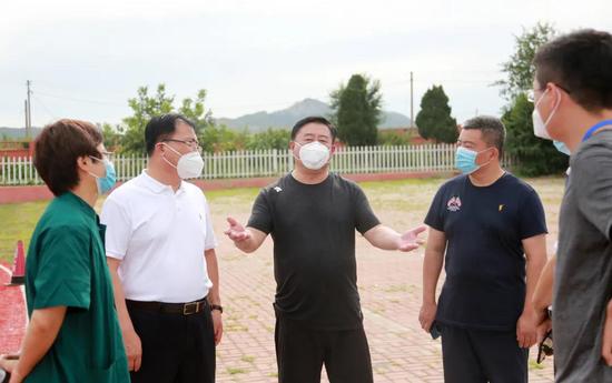 区委书记方铁林检查革镇堡街道核酸检测工作