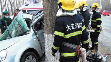 一车撞上大树驾驶室扭曲司机被困