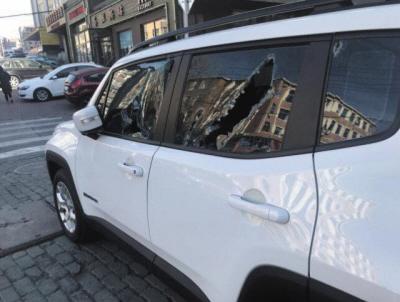 爱车被撞车窗被砸。