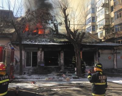 消防队员正在紧急灭火