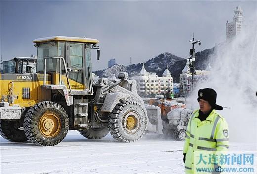 昨日,星海广场上大型除雪车辆除雪忙。记者吕文正 摄