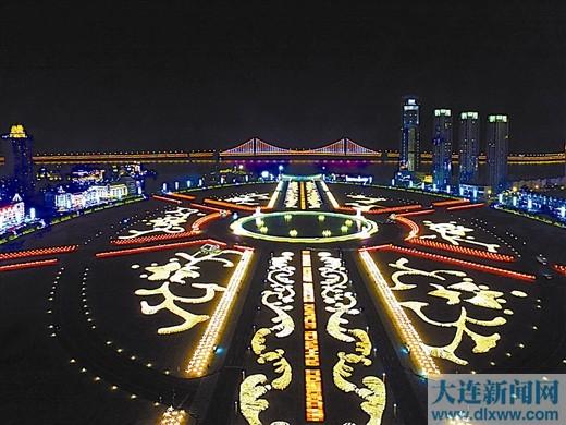 夜幕降临,星海广场变成了灯海的世界。