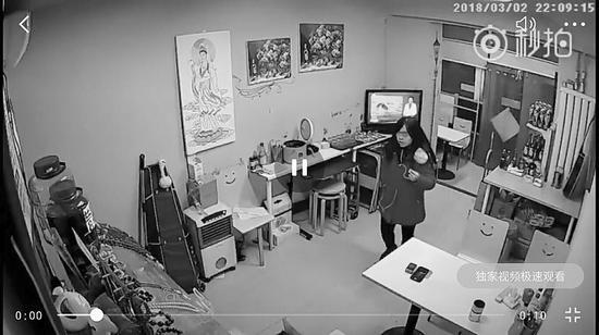 监控拍下红衣女子偷拿手机的过程。受访者供图