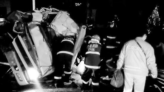 消防官兵正在紧急救助