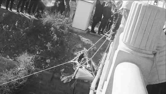 老人被抬放到担架上,消防官兵小心翼翼地给拉了上来。