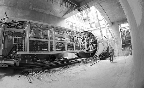 在地铁5号线泉水东站至前盐站的区间里,一台直径达到6.47米长32米的盾构机机头静静地停靠在25米深的地下,设计者将其命名为大连号。今年3月,大连号将正式掘进,同时,全年将共有13台盾构机在5号线地下施工,8月份首个区间隧道将实现单线贯通,全年将完成4个车站的主体结构封顶,并有两个区间单线贯通。   85米长的大连号首次采用分体施工   昨日下午,记者来到大连地铁5号线泉前区间的盾构井,施工人员正在紧张地调试,一节盾构机的机头已经放入了25米深的始发井中,令人好奇的是,大连号被分成了两