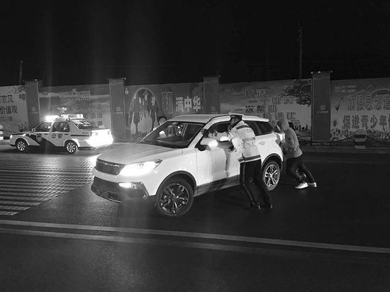 交警将故障车辆推往安全区域。受访者供图