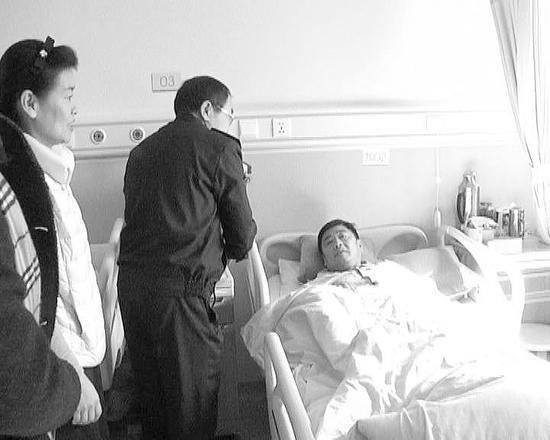旅顺口区多个部门的相关领导和工作人员到医院慰问厉师傅。