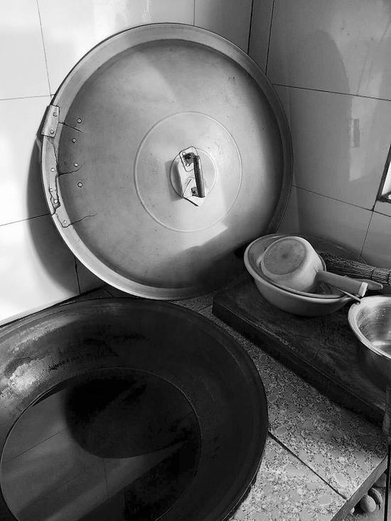 锅盖上打了多个补丁继续用。