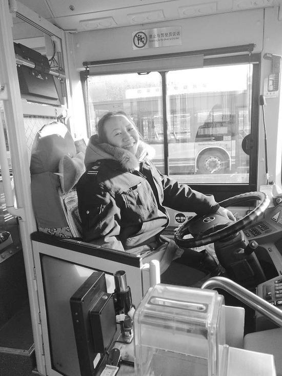 公交车女驾驶员谭英霞