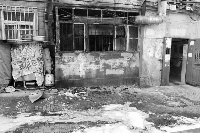 早餐店失火附近居民端水施救