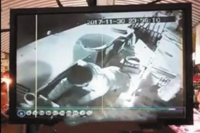 小偷凌晨偷盗3家摊位 贼影被监控拍下
