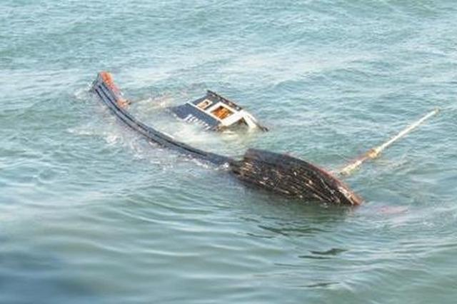 大连一渔船违规作业在山东海域沉没