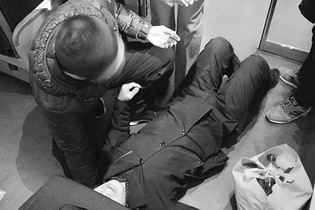 高铁上发病男子幸亏遇上大连仨警察