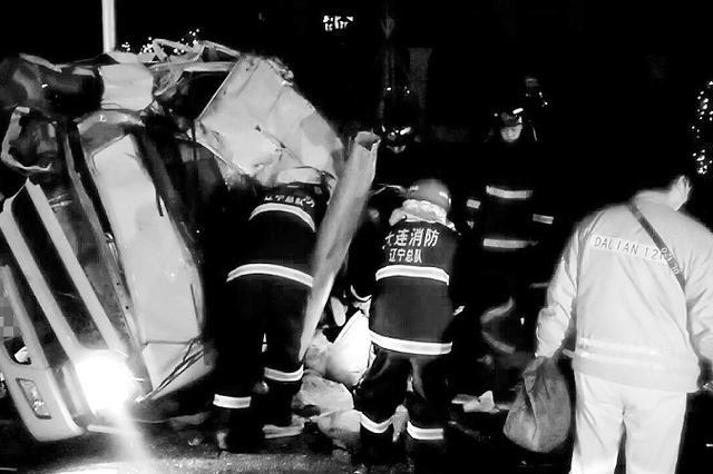 拉泔水货车撞路灯杆侧翻 司机被困