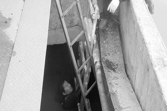 钓鱼人掉进排污口 冷水中泡了一小时