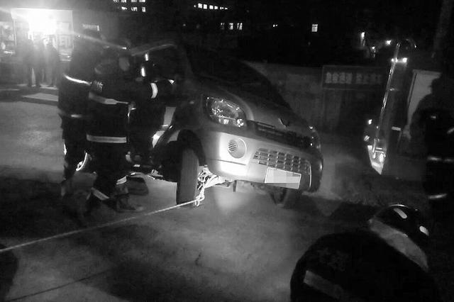 面包车倒车被台阶卡住 3人遇险