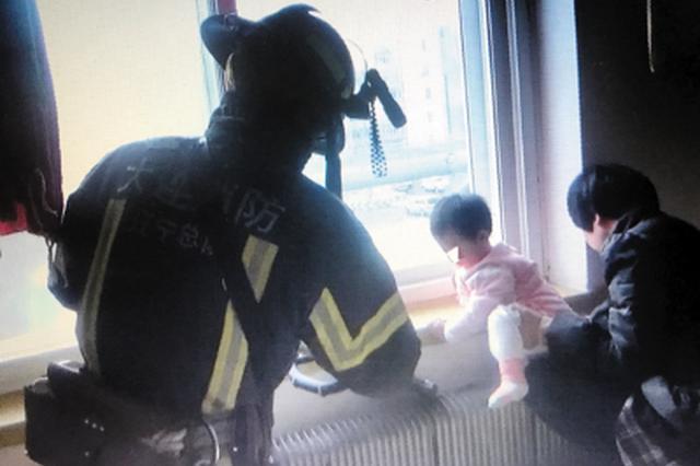 消防人员救出孩子。
