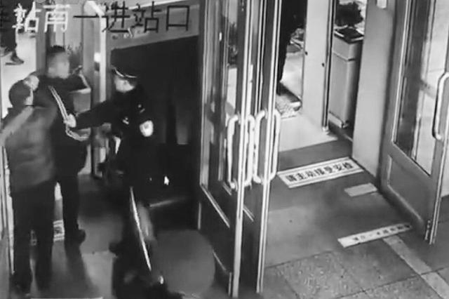 俩男子用碎眼镜在大连火车站碰瓷