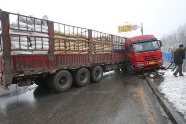 大挂车冲出高速 司机被卡车内