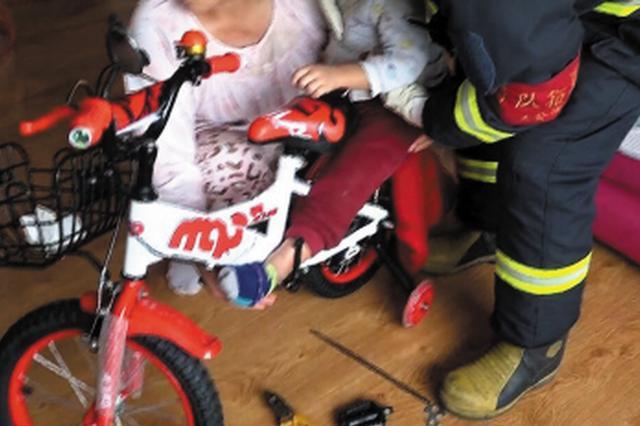 4岁娃脚踝卡进儿童车消防员破拆救援