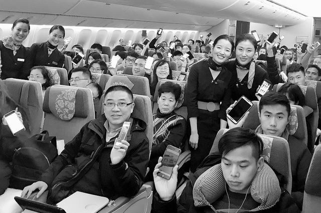 多家航空公司宣布:乘机可以玩手机啦